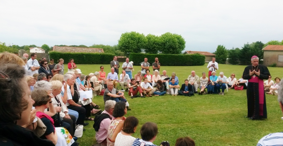 Genèse de l'association : Première consécration aux deux Saints Cœurs Unis, le 23 juin 2017 à Anglet en présence de Mgr MarcAillet